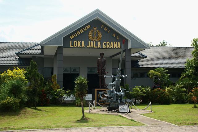 Surabaya adalah ibukota dari Provinsi Jawa Timur serta adalah kota paling besar ke  33 Tempat wisata di Surabaya