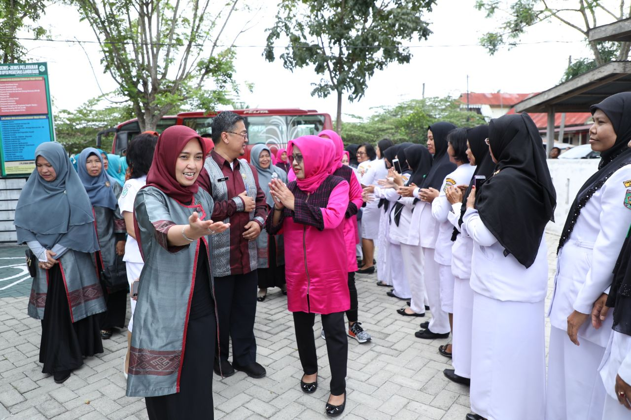Tim ketua PKK Asahan Hj. Winda Fitrika Taufan Gama Simatupang saat menyambut kedatangan tim PKK Banten.
