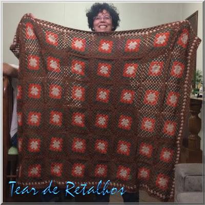 """Com os """"quadradinhos da vovó"""" foi executado uma linda manta colorida em crochê para cobrir o sofá da sala e mudar a cara do ambiente."""
