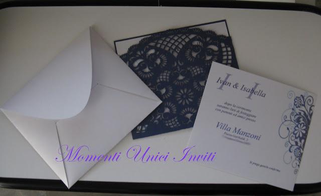 invito+blue Partecipazioni con tasca traforata blu perlescenteColore Blu Partecipazioni intagliate