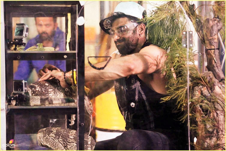 Nikitin struggling with rock monitor lizard in Fear Factor Khatron Ke Khiladi Season 5