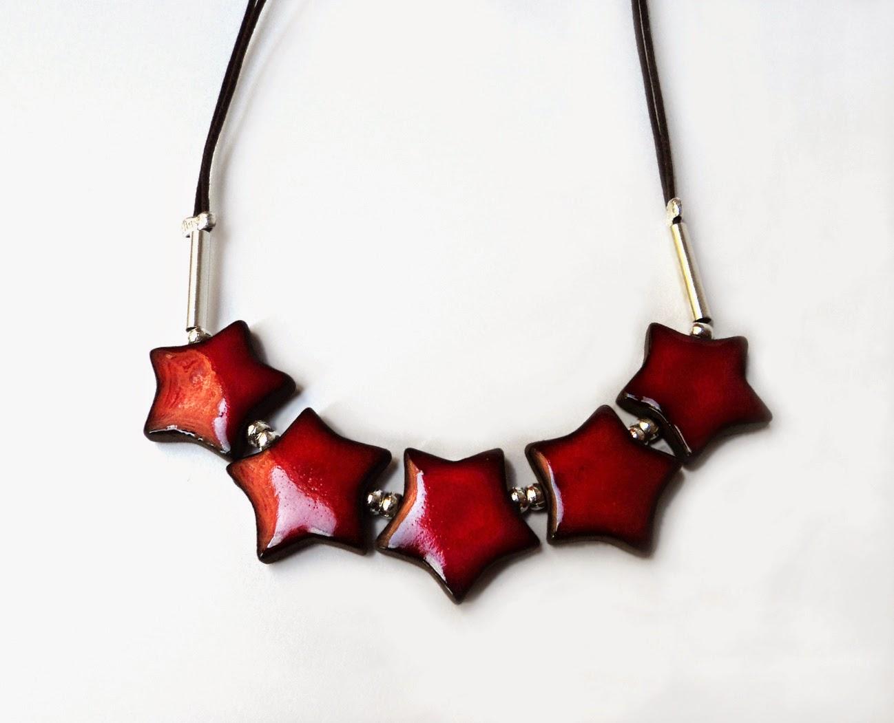 collier ras du cou avec étoiles rouge cadeau noces de faïence