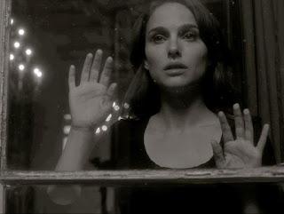 Resultado de imagem para mulher olhando pela fresta da janela
