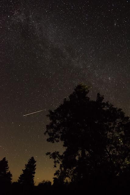 Một vệt sao băng Perseid phía trên núi Laguna, California. Ảnh: Jason Miller.