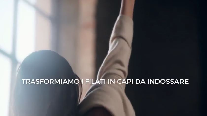 Modella Falconeri pubblicità con modella che si veste e si siede sul divano con Foto - Testimonial Spot Pubblicitario Falconeri 2016