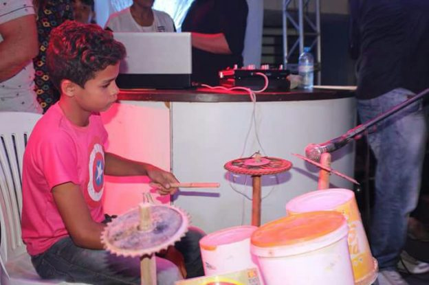 menino-de-12-anos-improvisa-bateria-com-baldes-e-tijolos-e-faz-sucesso-em-quixada