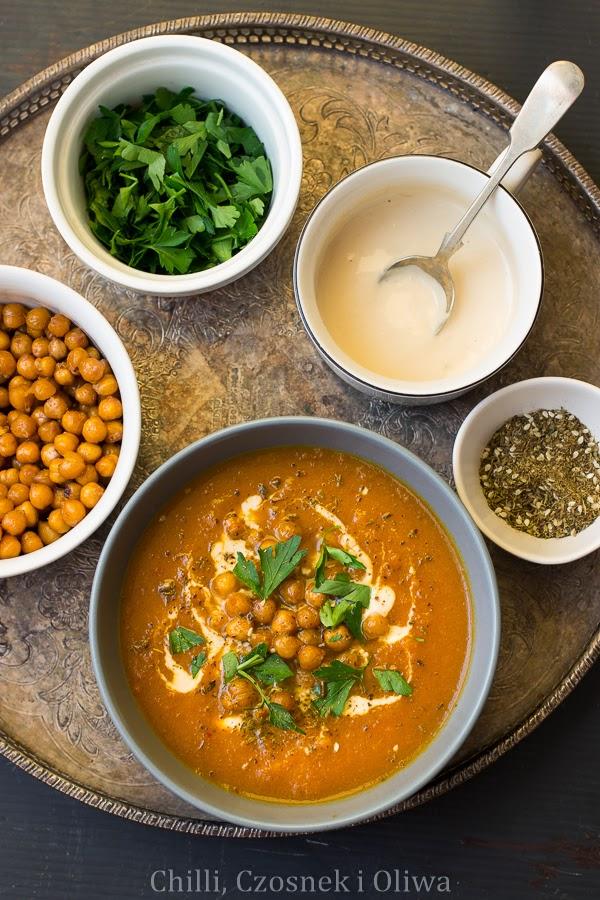 Zupa marchewkowa z pieczoną ciecierzycą i tahini