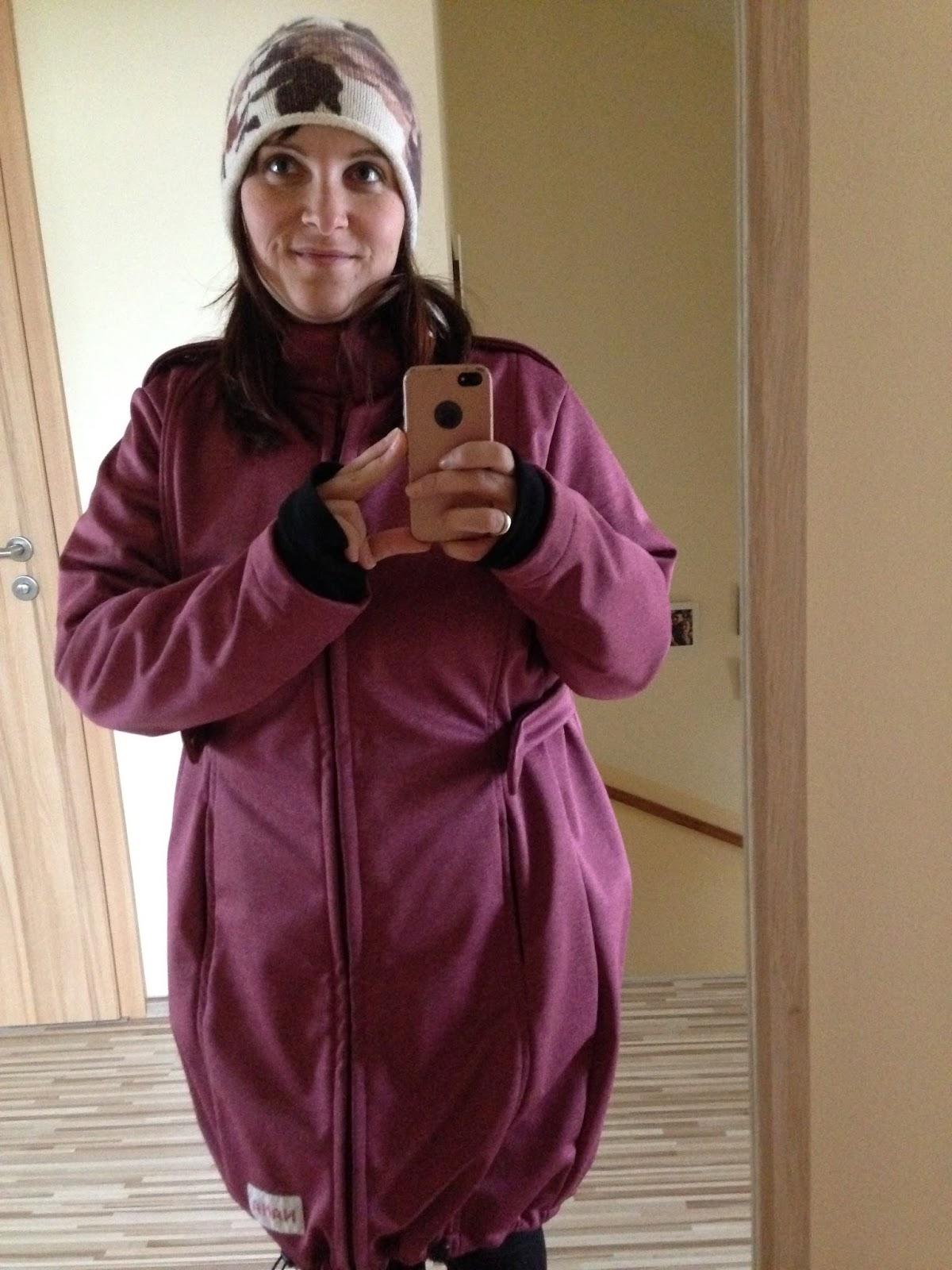 5542386f4c A Nana softshell kabát tulajdonképpen négyfunkciós: Hagyományos kabátként,  kismama kabátként, elöl-,és hátonhordozáshoz is használható.