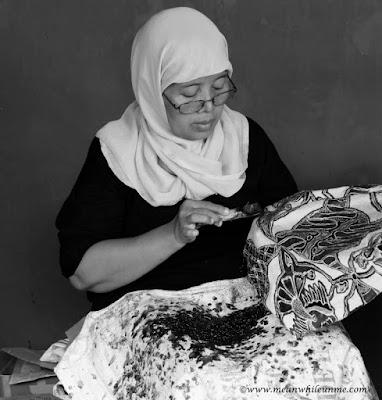Belajar tentang Batik Pekalongan Proses pembatikan dengan canting