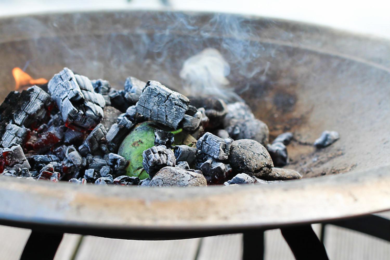 Die Kohlrabiknolle noch roh in der Glut | Arthurs Tochter kocht. von Astrid Paul. Der Blog für food, wine, travel & love