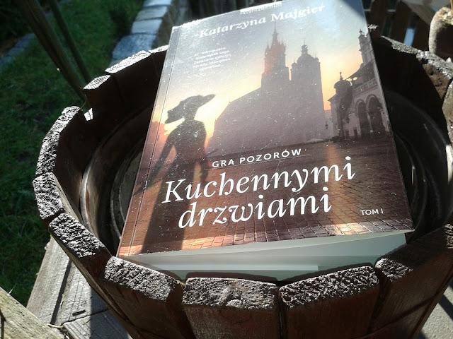 http://ksiegarnia.zwierciadlo.pl/kuchennymi-drzwiami-gra-pozorow.html