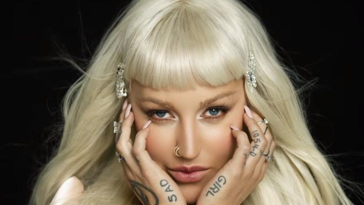 A rapper tá toda linda, toda top modelo nesse novo clipe.