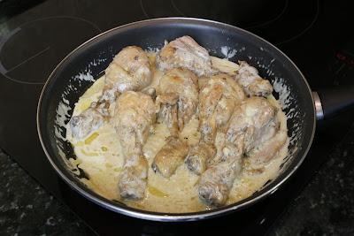 Preparación de muslos de pollo en salsa de queso