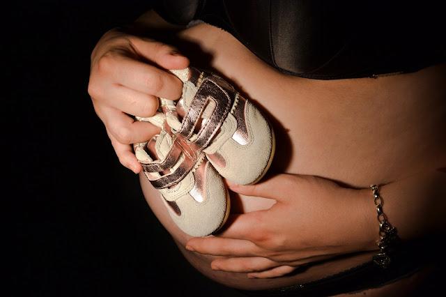 Saippuakuplia olohuoneessa- blogi, kuva Hanna Poikkilehto, raskauskuvaus, valokuvaus
