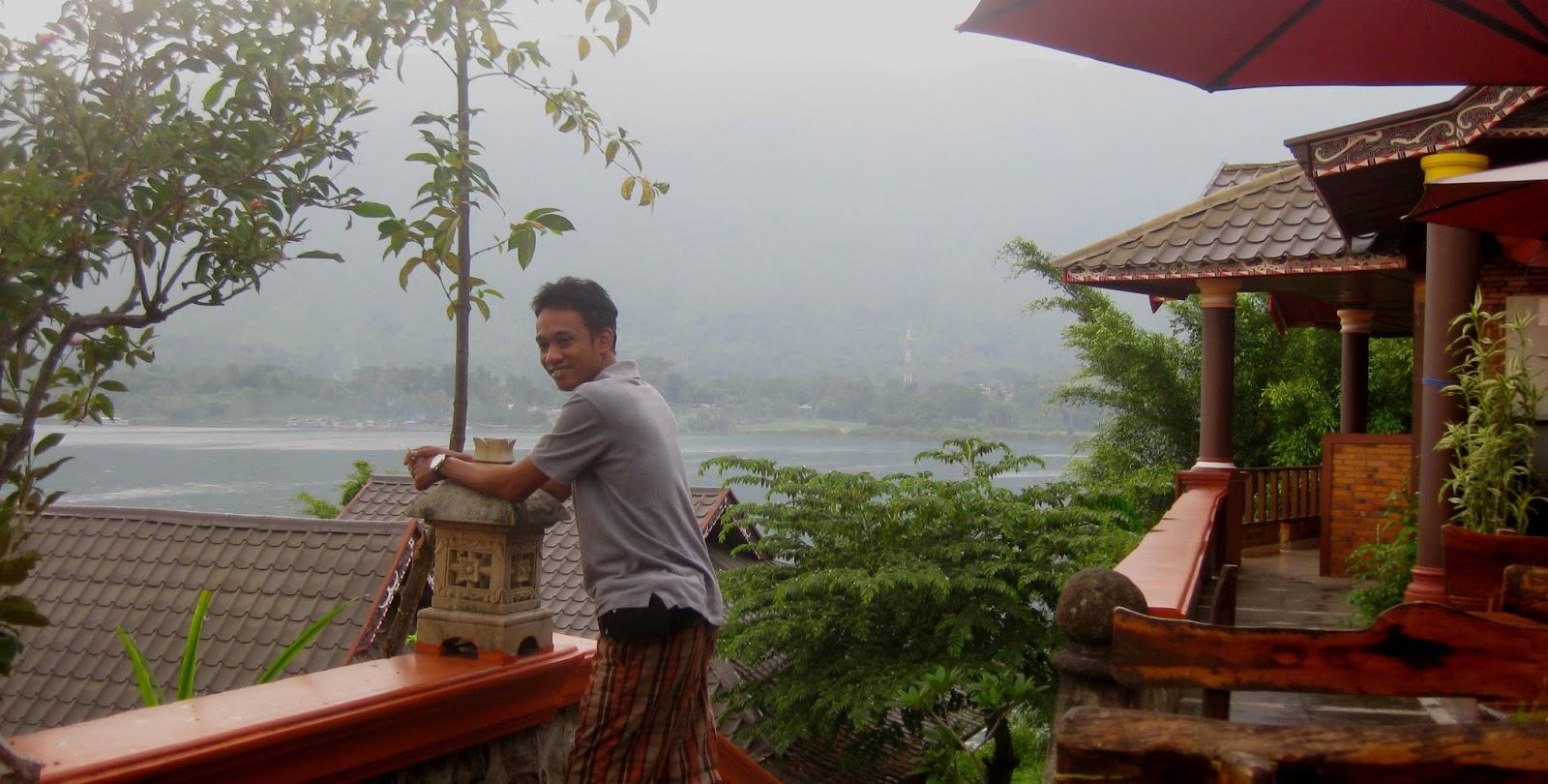 Area restoran memadukan panorama pemandangan danau toba