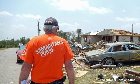 Voluntario de Samaritan's Purse ayuda a damnificados de tornado