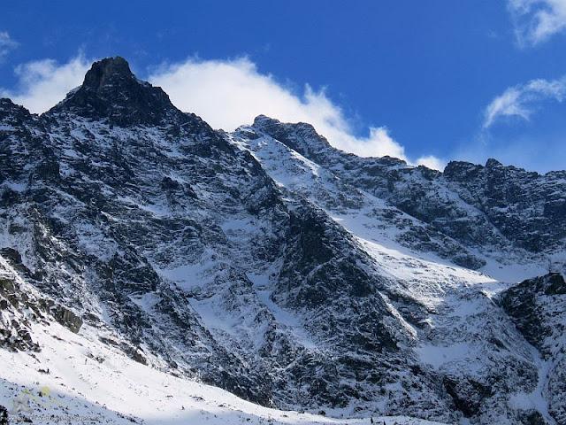 Niżnie Rysy (słow. Malé Rysy, Nižné Rysy, niem. Dénesspitze, węg. Dénes-csúcs; 2430 m n.p.m.)  i Rysy (słow. Rysy, niem. Meeraugspitze, węg. Tengerszem-csúcs; 2503 m n.p.m.)