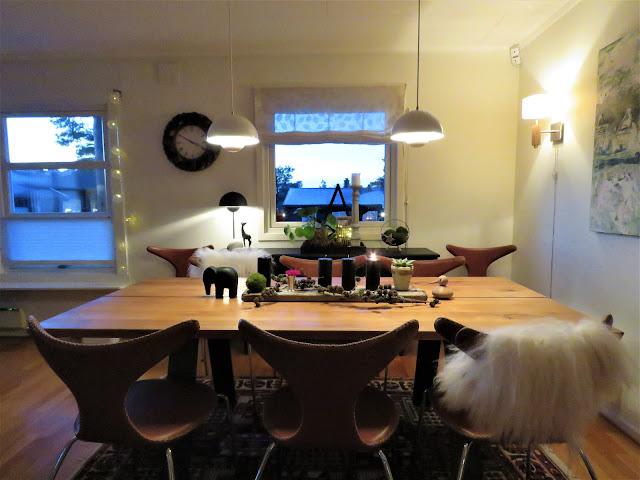 Adventslys - et arrangement med sorte lys. perspektiv over spisestuebordet med adventsarrangement. Furulunden.