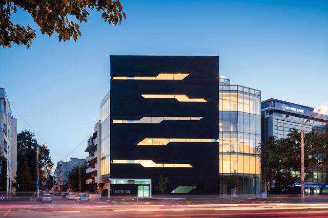 warna hitam menunjukkan kontras pada fasad bangunan ini