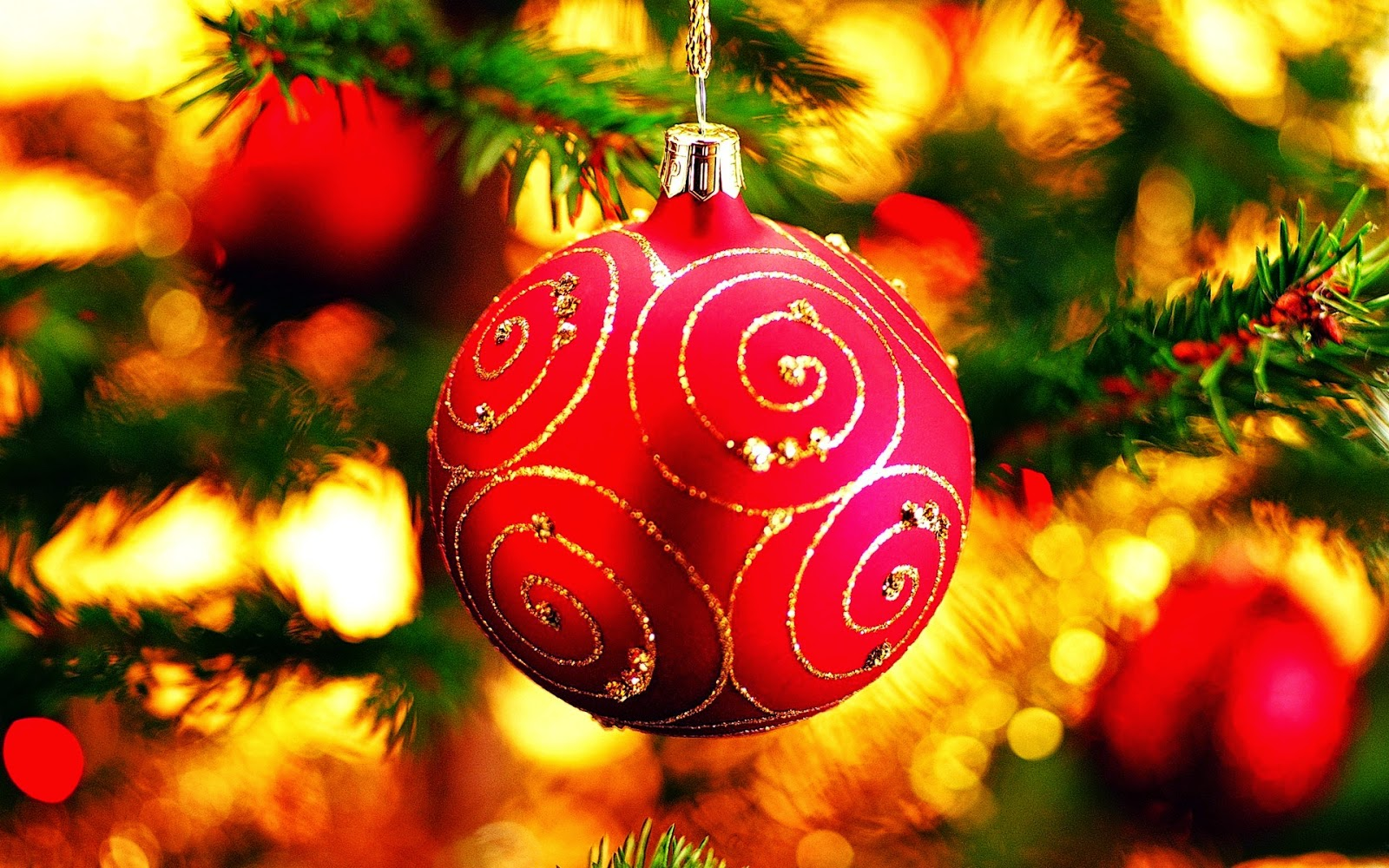 Red-Christmas-baubles-balls-with-golden-stripe-designs-decoration-ideas-photo-images.jpg