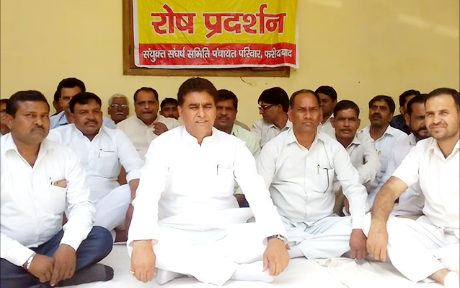 Chief Minister Khattar resigns from Congress MLA, Lalit Nagar, who came to support the sarpanchs sitting on the dharna for 4 days
