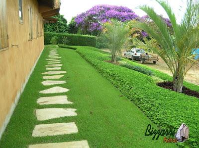 Caminhos de pedra no jardim com a pedra São Tomé sendo tipo de pedra cacão com esse tipo de assentamento de pedra com juntas de grama em casa em condomínio em Atibaia-SP com a execução do paisagismo.