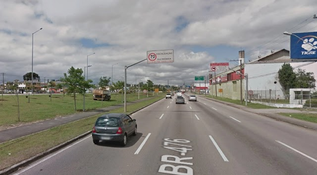 Trio em carro roubado bate contra poste e mulher morre na hora na Linha Verde