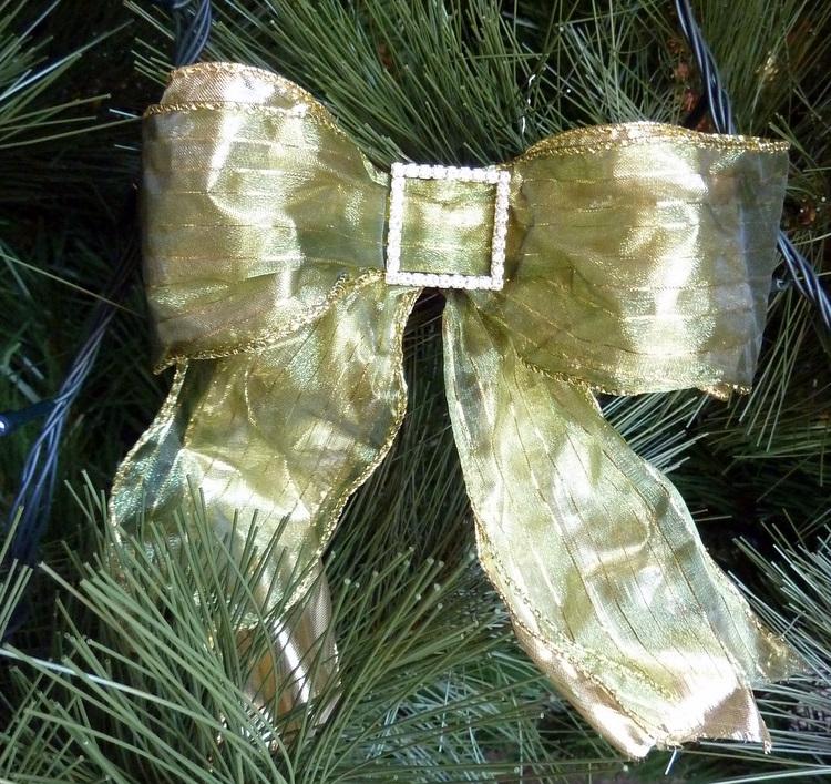 Stylish Settings: Making Christmas Tree Bows