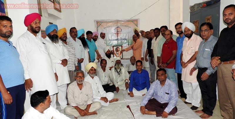 जिला कांग्रेस कमेटी लुधियाना (शहरी) के पदाधिकारी स्व: राजीव गांधी की तस्वीर पर पुष्प अर्पित करते हुए