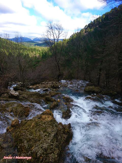 Salto de agua en el río Mundo