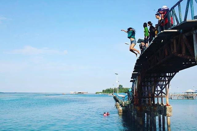 foto cewek lompat di jembatan cinta pulau tidung