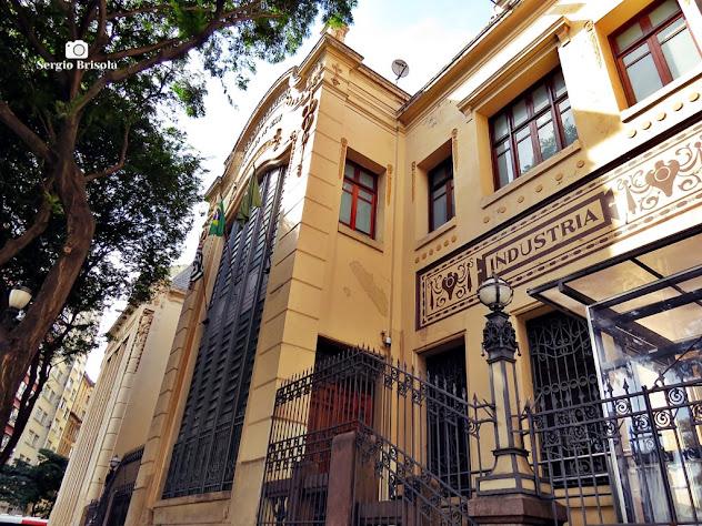 Perspectiva inferior da fachada da Escola Prática de Comércio Álvares Penteado - Centro - São Paulo