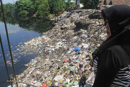kali kriyan kota cirebon penuh sampah