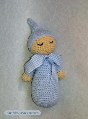 Con hilos, lanas y botones: muñeco dormilón amigurumi azul vichy