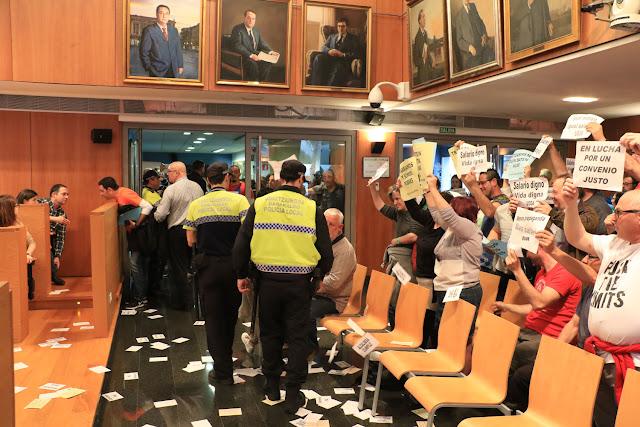 Desalojo del pleno por protestas de los trabajadores de Usoa