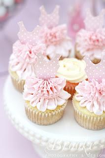 Cupcakes cu decor costum balerina si fusta din crema roz pentru botez sau party fetita