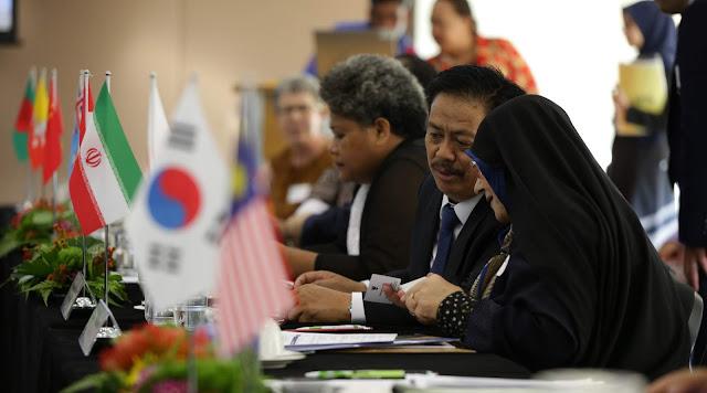 Foto 2. Kepala Perpustakaan Nasional Republik Indonesia  Sedang Berdiskusi dengan Kepala perpustakaan Nasional Republik Islam Iran Pada Sidang CDNL-AO ke 40 di Singapura