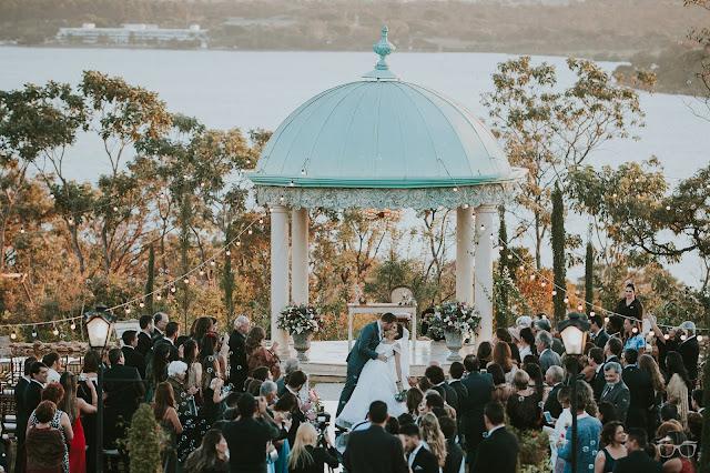 casamento real, casamento a céu aberto, casamento no jardim, casamento no campo, passarela de espelho, flores do campo, cerimônia, decoração de cerimônia, varal de lâmpadas, relicário, buquê da noiva, bouquet, vestido de noiva, vestido de renda, villa giardini, noivos no altar, véu e grinalda, hora dos votos, decoração rústica, casamento rústico