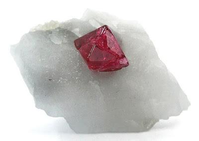 cristal de espinela en roca