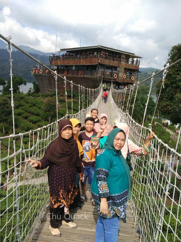 Jembatan gantung di Pinisi Resto & Glamping Lakeside Rancabali Ciwidey - Bandung