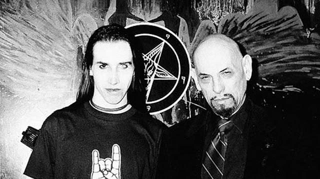 Marilyn Manson in posa con Anton LaVey, fondatore della Chiesa di Satana.