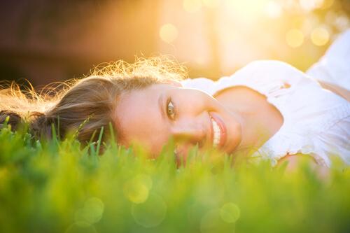 Mujer se siente Feliz de la vida