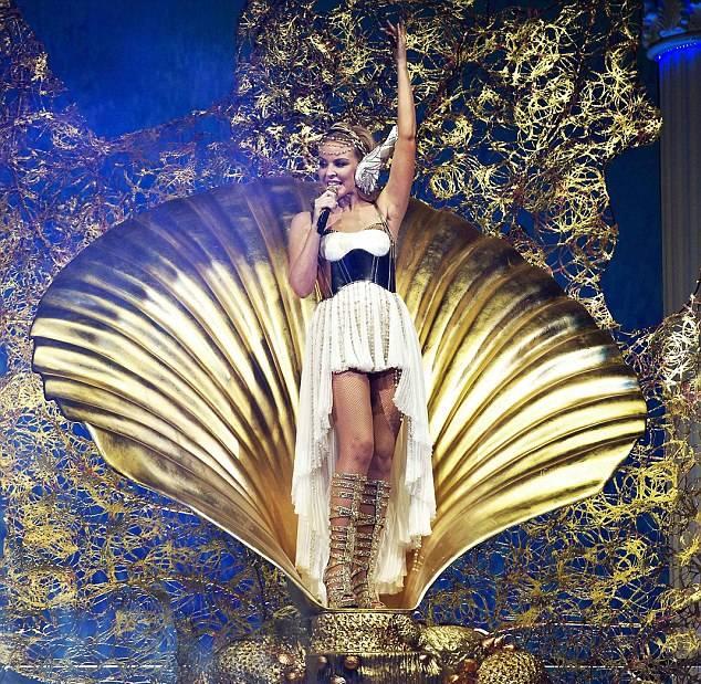 Kylie_Minogue_Les_Folies_Tour_01.jpg