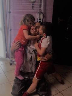 accogliere il papà con baci e abbracci