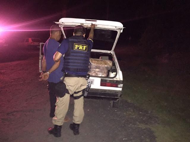 PRF flagra homem com 75 quilos de frangos saqueados em acidente na Régis Bittencourt