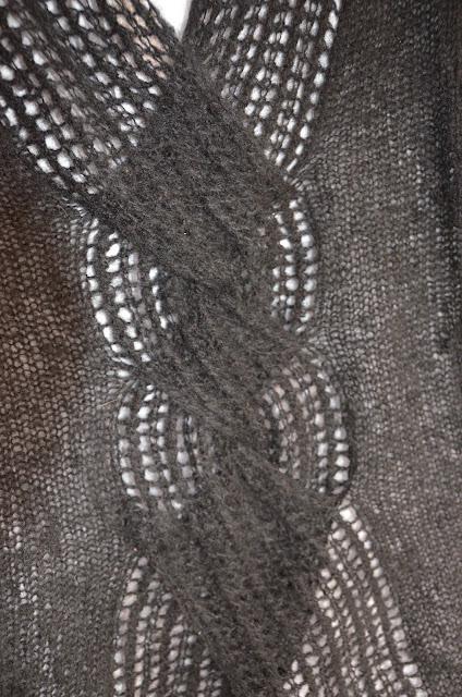 Detal wzoru na drutach z ażurowym warkoczem