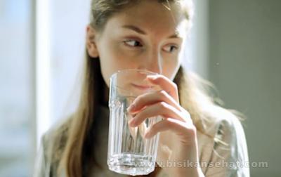 Bahaya Minum Air Sambil Berdiri