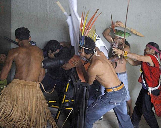 Índios atacam policias no Congresso Brasília, 16.12.2014.