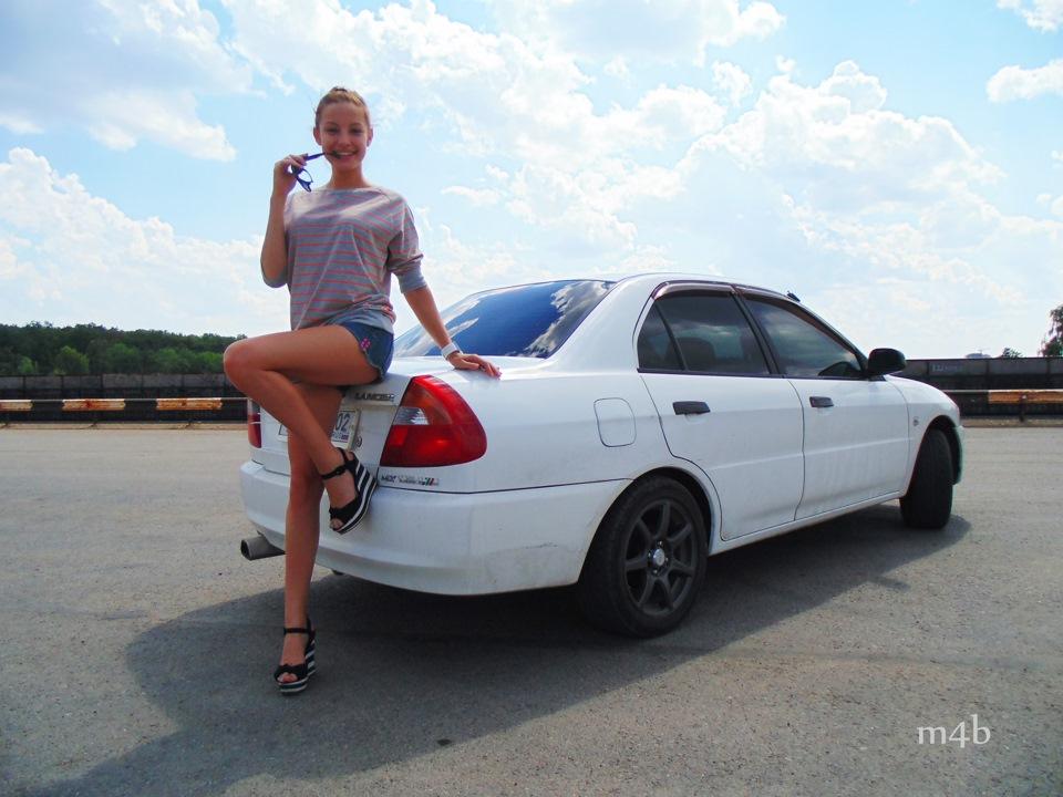 Mitsubishi Lancer, dziewczyna i auto