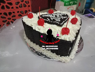 Kue tart black forest bentuk love Sidoarjo